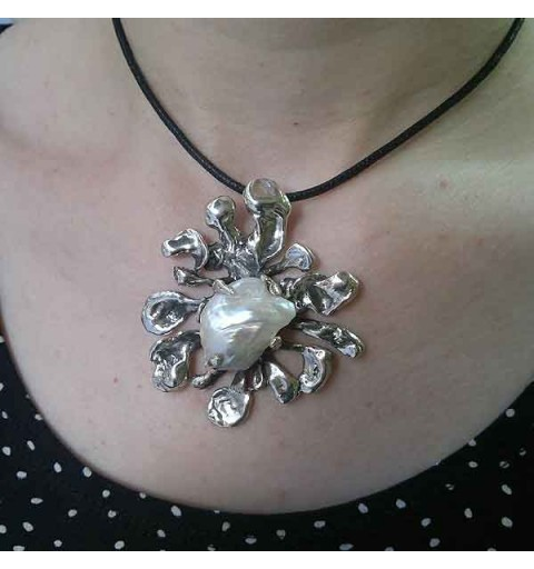 Baroque Pendant, mother of pearl