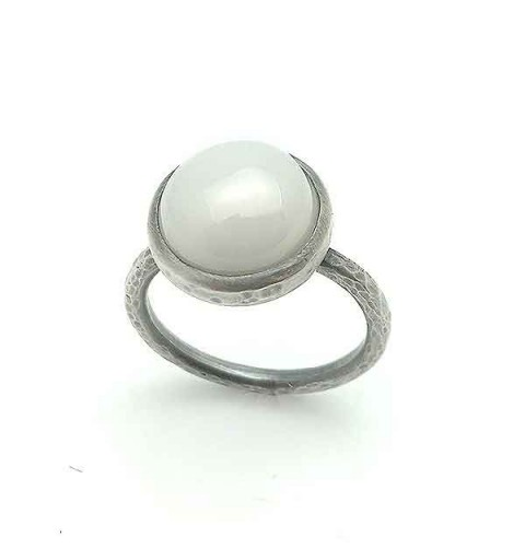 Ring silver, opaque zirconia.