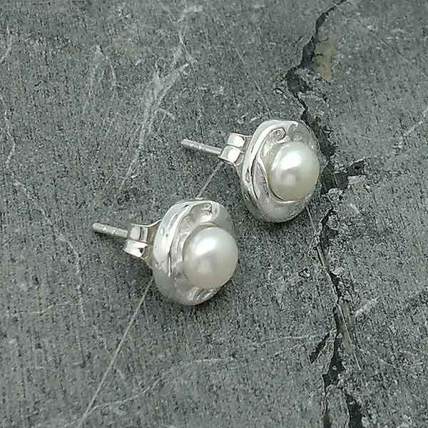 Earrings in sterling silver and cultured pearl.