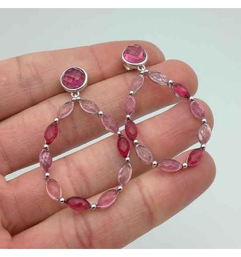 Pendientes largos en plata de ley con tonos rosados.