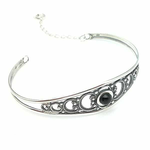 Fine bracelet, in sterling silver and jet.