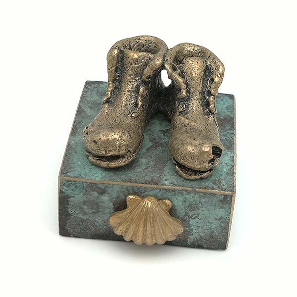 Escultura representando el calzado con el que se realiza el camino de Santiago.