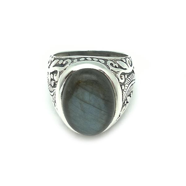 Unisex ring in silver and a labradorite.
