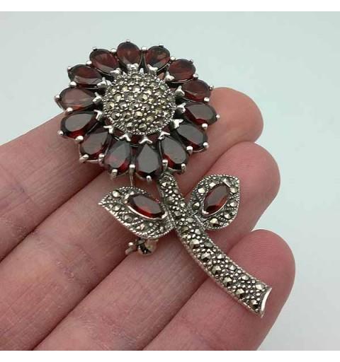 Broche flor, en plata y granates.