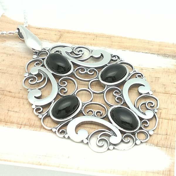 Colgante plata y azabache, cadena incluída.