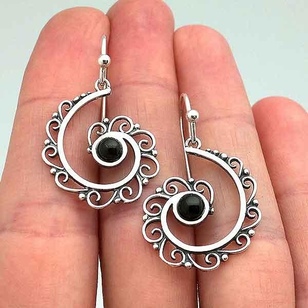Pendientes media espiral, hechos en plata de ley y azabache.