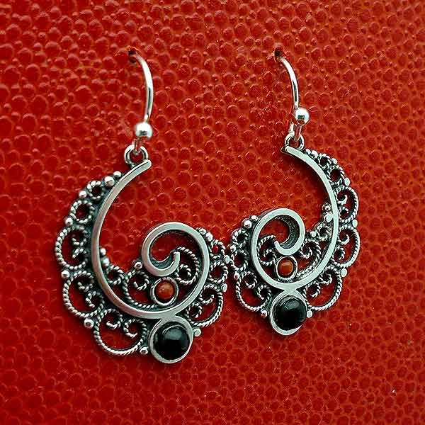 Earrings made of sterling silver, jet and coral with a half spiral shape.