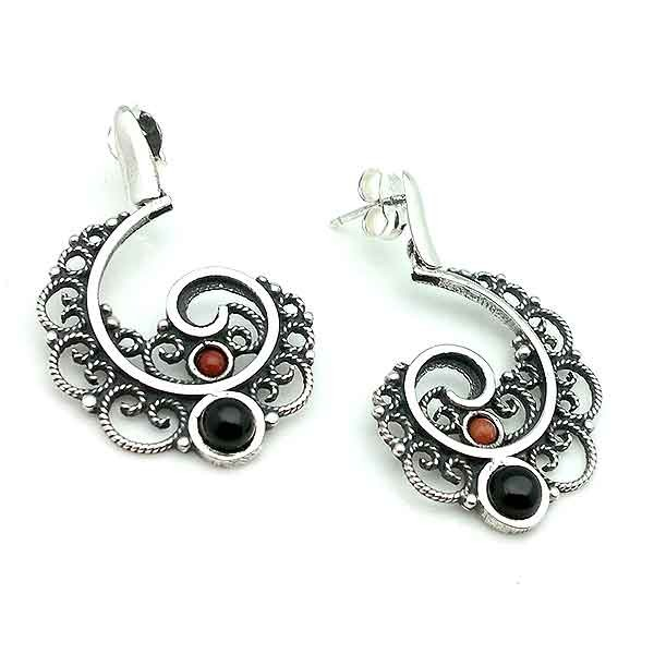 Earrings made in sterling silver, jet and coral, by expert goldsmiths from the Galician city of Santiago de Compostela.