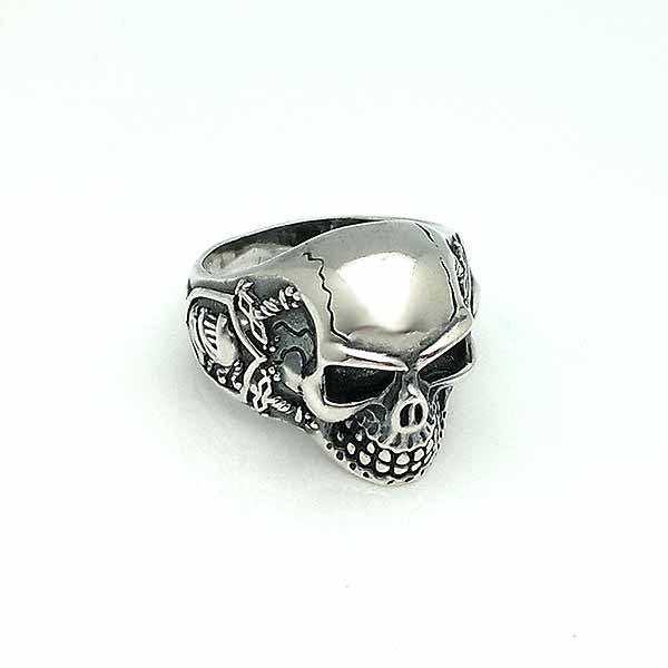 Unisex ring, in the shape of a skull, in sterling silver.