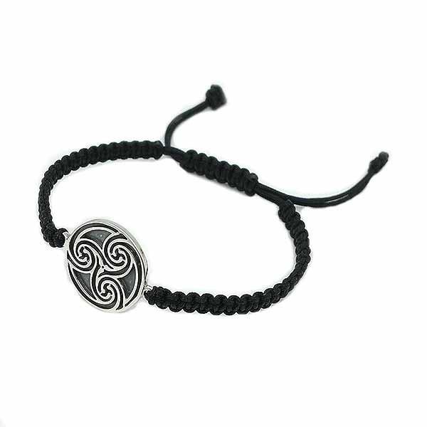 Pulsera con el símbolo celta más conocido, el trisquel. Elaborada e plata de ley y nylon trenzado de color negro.