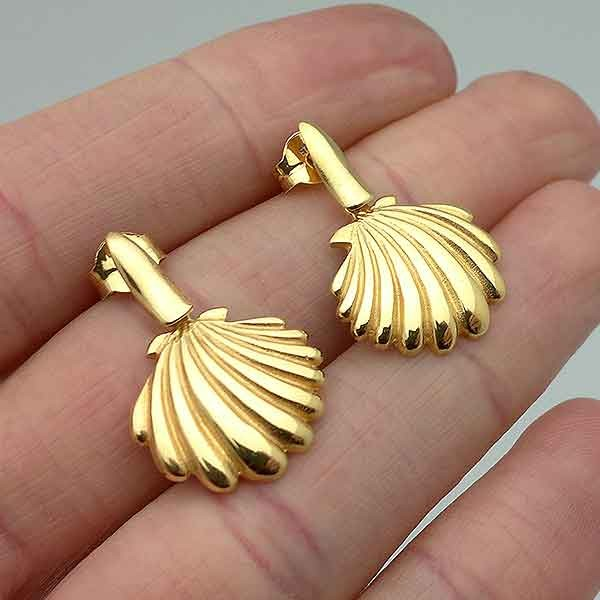 Shell-shaped earrings, golden. Made of sterling silver.
