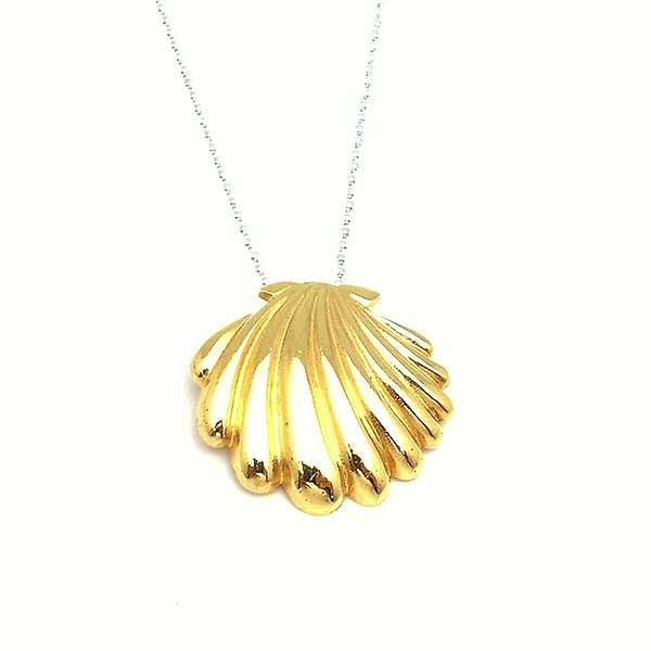 Colgante con forma de concha, en plata de ley, acabado en dorado.