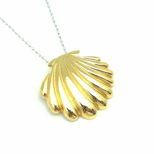 Shell-shaped pendant, in sterling silver, finished in gold.