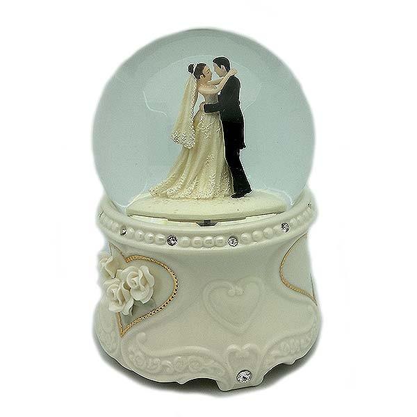 Bola de nieve, recreando el día de la boda.
