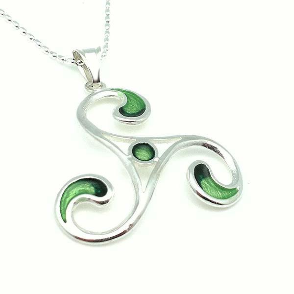 Colgante grande, forma trisquel, esmalte a fuego tonos verdes.
