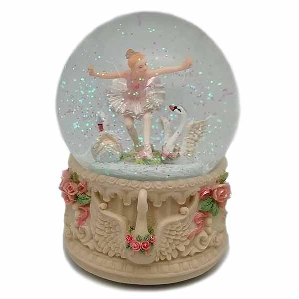 Bola de nieve, con una preciosa bailarina junto a unos cisnes.