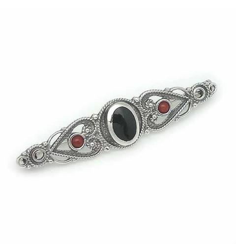 Broche alargado de estilo clásico, elaborado en plata de ley, azabache y coral.