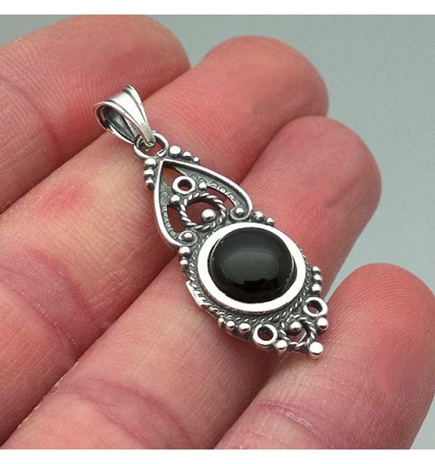 Pendant in sterling silver and jet, made with the filigree technique