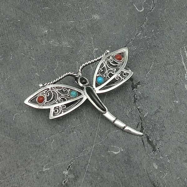 Broche libélula, en plata de ley, azabache, coral y turquesa.
