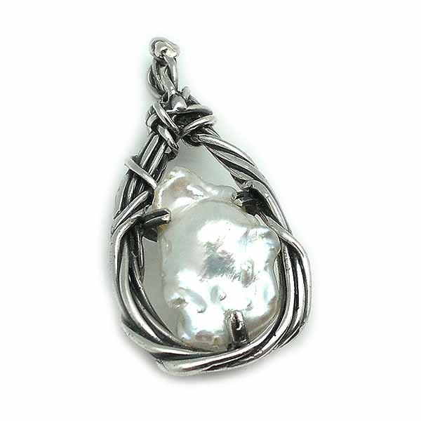 Colgante artesanal, elaborado en plata de ley y una bonita perla barroca natural.