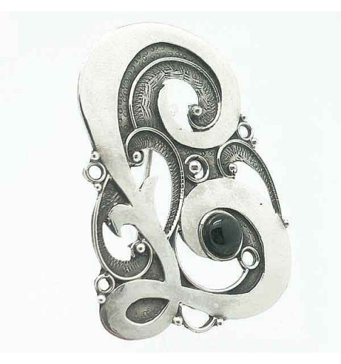 Brooch in silver with letter L