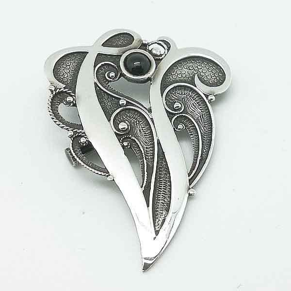 Broche en plata con letra V