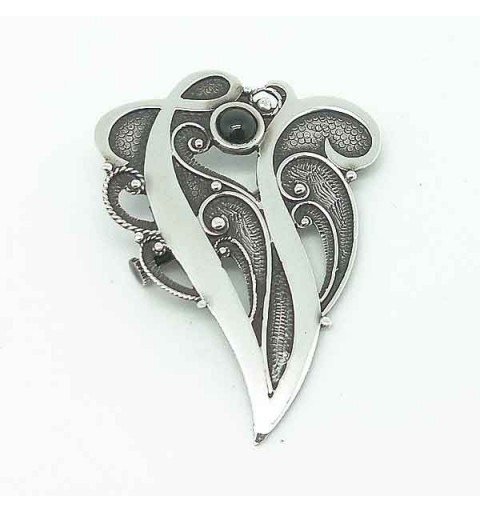 Brooch in silver with letter V